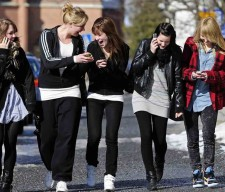teens cell phones walk